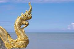 Naga на виске буддизма в голубом небе стоковые изображения