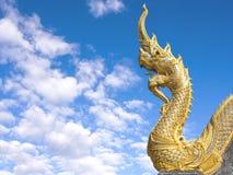 Naga на виске буддизма в голубом небе стоковое изображение