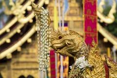 Naga, подземелья & дракон, золотая скульптура в Азии Стоковое Изображение RF