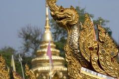 Naga, подземелья & дракон, золотая скульптура в Азии Стоковые Изображения