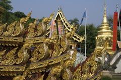 Naga, подземелья & дракон, золотая скульптура в Азии Стоковое Фото