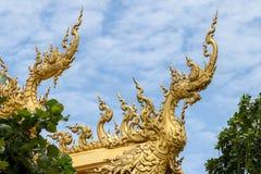 Naga de oro con el cielo azul Imagen de archivo