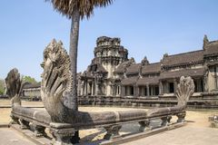 Naga dichtbij de belangrijkste tempel in Angkor wat Oorspronkelijk geconstrueerd in de vroege 12de eeuw zijn de ruïnes een reusac royalty-vrije stock foto