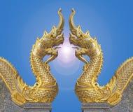 Naga die elkaar met gloed in blauwe hemel onder ogen zien bij de tempel is a stock afbeeldingen