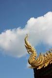Naga dorato con cielo blu Immagini Stock