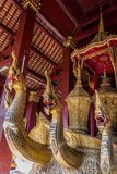 Naga en la gabarra ceremonial adentro el pasillo fúnebre de Wat Xieng Thong fotos de archivo