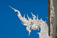 naga för detaljdrakehuvud slingrar tempelet Arkivbilder