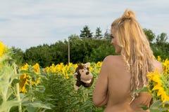 Naga kobieta otaczająca słonecznikami Obrazy Royalty Free