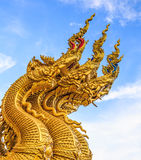 Naga konungen av ormen som in bevakar ingången till templet Arkivbilder