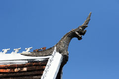 Naga op de tempeldak van Laos Royalty-vrije Stock Foto's