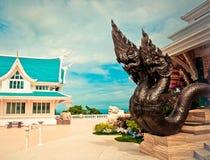 Naga rzeźbią przed świątynnym drzwi opiekun świątynia w Tajlandia, Wata Pa Phu Kon, Udonthani Obraz Stock