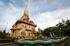 Naga skulpterar i trädgården med den heliga pagoden av chalongtemplet royaltyfria foton