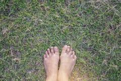 Naga stopa kobieta cieki stoi na zielonej trawie dla relaksu Obraz Stock