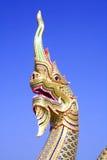 Nagahuvud i thailändsk tempel Arkivfoton