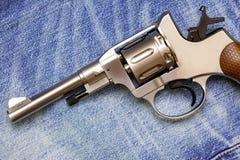 Nagan revolver på gammal jeans Royaltyfri Bild