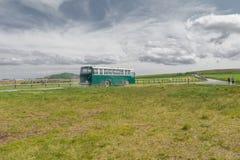 Nagano, Japón - 17 de junio: El autobús verde y la opinión hermosa del paisaje de Utsukushigahara es uno el del más importante y  Imágenes de archivo libres de regalías