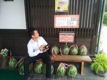 Nagano-Japan Augusti 11, 2015: En man från Thailand som ser priset av vattenmelon i Japan Royaltyfri Fotografi