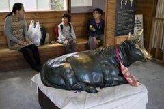 Nagano, Japonia -, Czerwiec 5, 2017: Brązowa krowa jako symbol przy informacją Zdjęcia Stock