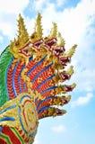 Nagaorm som bevakar den thailändska tempelingången Royaltyfria Foton
