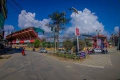 NAGARKOT,尼泊尔2017年10月11日:乘坐他们的汽车和摩托车的未认出的人民近对一个巨大的大厦  免版税图库摄影