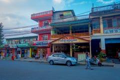 NAGARKOT, НЕПАЛ 11-ОЕ ОКТЯБРЯ 2017: Красивый вид dowtown при неопознанные люди идя вокруг в nagarkot Непал Стоковые Фотографии RF