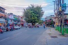 NAGARKOT, НЕПАЛ 11-ОЕ ОКТЯБРЯ 2017: Красивый вид dowtown при неопознанные люди идя вокруг в nagarkot Непал Стоковые Изображения