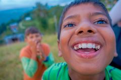 NAGARKOT, NÉPAL LE 11 OCTOBRE 2017 : Fermez-vous du garçon non identifié souriant et appréciant le temps avec leurs amis dans Nag Photo stock