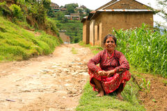 NAGARKOT, NEPAL - GIUGNO 2013: Vilager nepalese al suo vilage Immagini Stock