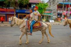 NAGARKOT, NEPAL PAŹDZIERNIK 04, 2017: Niezidentyfikowane chłopiec jedzie konia w dowtown w mieście w Nagarkot Nepal Obrazy Royalty Free