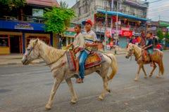 NAGARKOT, NEPAL PAŹDZIERNIK 04, 2017: Niezidentyfikowane chłopiec jedzie konia w dowtown w mieście w Nagarkot Nepal Fotografia Stock