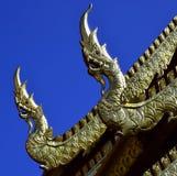 Nagas d'or et d'argent sur un temple Image libre de droits