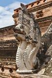Nagas, das ein Treppenhaus zum stupa schützt Lizenzfreies Stockfoto