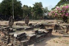 Nagas längs kunglig ingångsväg till den Banteay Chhmar templet arkivbilder