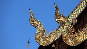 Nagas som inramar graden av tempeltaket fotografering för bildbyråer