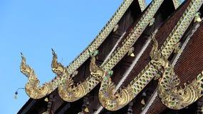 Nagas som inramar graden av tempeltaket, dekorerade med målat glass royaltyfri fotografi