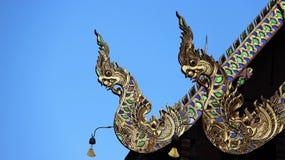 Nagas, welche die Neigung des Tempeldachs gestalten Stockbilder