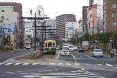 NAGASAKI, GIAPPONE - 19 agosto 2015 automobili e tram d'annata sulla r Immagine Stock Libera da Diritti