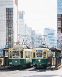 Nagasaki, Japón - 23 de febrero de 2012: Ciudad de Nagasaki con el ferrocarril de la tranvía Foto de archivo libre de regalías