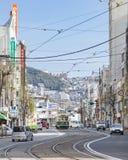 Nagasaki, Japón - 23 de febrero de 2012: Ciudad de Nagasaki con rai de la tranvía Imágenes de archivo libres de regalías