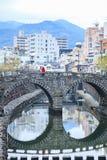 NAGASAKI, JAPÓN - 22 DE FEBRERO DE 2012: Señal de Nagasaki del puente de las gafas Foto de archivo
