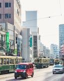 Nagasaki, Japan - Februari 23, 2012: De stad van Nagasaki met Tram en auto's op straat Stock Afbeeldingen