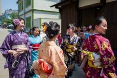 Nagasaki Japan - Maj 18: Oidentifierad skolaflicka s i traditionell kläder har gyckel i Dejima på Maj 18, 2017 in Arkivbilder