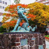 Nagasaki, Japan - November 14 2013: Meisje en Octopusbeeldhouwwerk c Stock Foto's