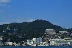NAGASAKI JAPAN - 2016: Sikt från Nagasaki port på staden och de omgeende bergen Arkivbilder