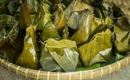 Nagasari, dolce cotto a vapore tradizionale fatto da riso flourFilled con affettato della banana Avvolto in foglie della banana fotografia stock libera da diritti
