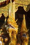 Nagaschlangenstatue nahe buddhistischem Tempel Stockfotos