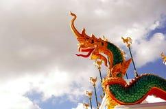 Nagastandbeeld in Thaise tempel, blauwe achtergrond Royalty-vrije Stock Foto