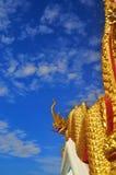 Nagastandbeeld in Thaise tempel, blauwe achtergrond Stock Foto's
