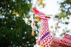 Nagastatue im buddhistischen Tempel mit sch?nem Gl?ttungslicht lizenzfreie stockbilder