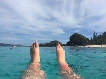 Nageant à la plage de Furuzamami sur l'île de Zamami, l'Okinawa, Japon Photos libres de droits